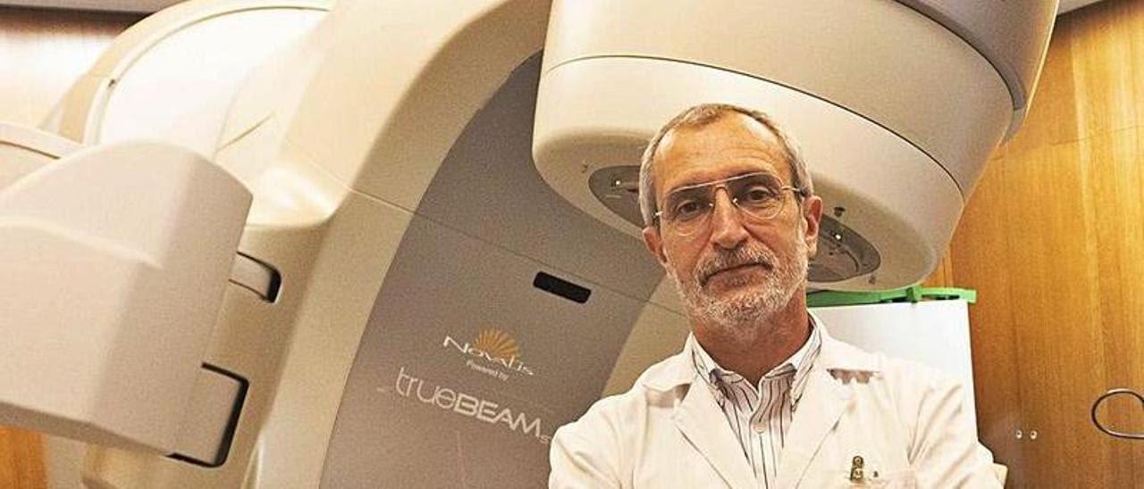 Manuel Vilches, responsable de Radiofísica en el IMOMA, junto al acelerador lineal del centro. | Miki López